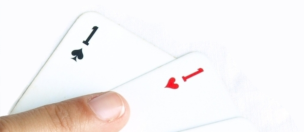 Thumb cards pointing to the ace of hearts 1307084 638x507